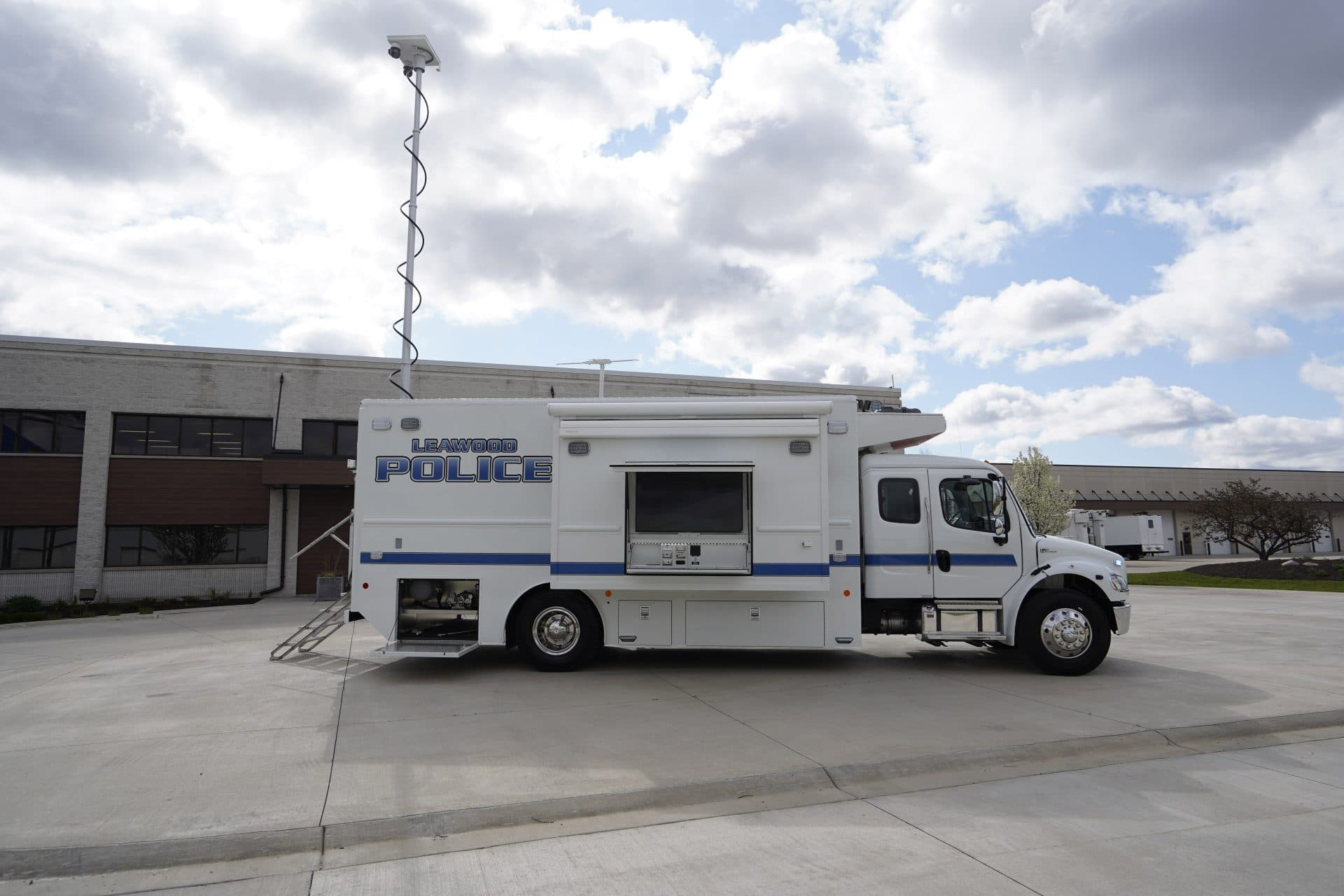 Leawood PD Mobile Command LDV